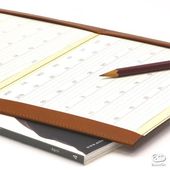 またいだ日付が分かりやすい。本革製のホルダー付きで、部屋に立てても持ち歩きでも。手帳とカレンダー、両方の良さを備えたスケジュールカレンダー2019年版