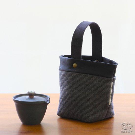 日本古来からあった「絞り出し」の構造を現代によみがえらせる「新茶器」専用。アウトドアでの利用にも対応した茶器バッグ。より風合いのある素材で新しくしました。