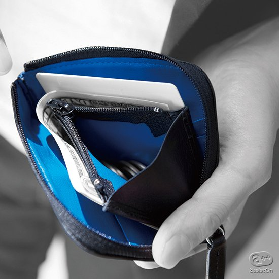 カード類と紙幣とコインを一緒に、コンパクトにまとめる。大きく開いて取り出しやすく、わずか48グラム。人気のコンパクトなお財布に機能をプラスしてコイン収納を追加しました。