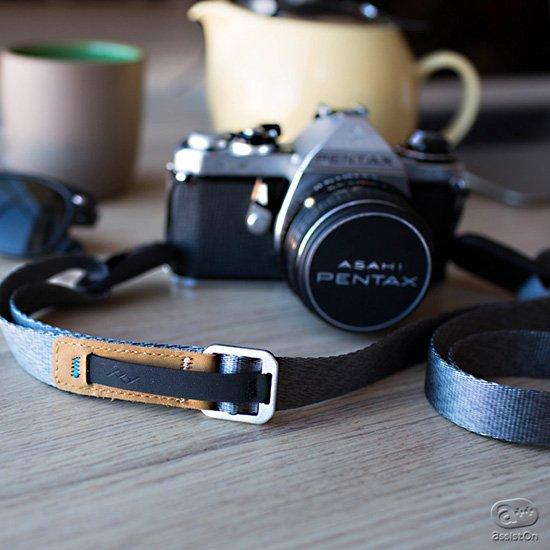 これまでのカメラストラップには無かった、使い心地の良さ。オリジナルの「マイクロアンカー」を装備し、サイズ調節もピタリと可能。
