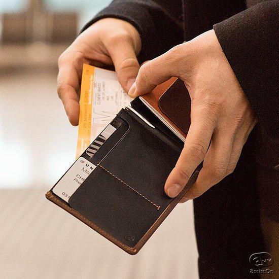 出張が多くて、パスポートを手放すことができない、という方へ。豊富なカード収納、航空機のチケット、パスポートからペン、SIMを1つに、コンパクトに