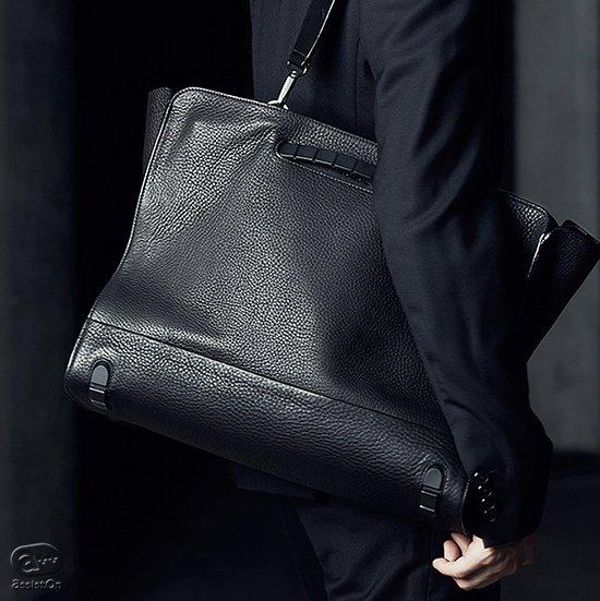 イッセイミヤケ「BAO BAO」を手がけ、機能的で革新的なバッグを作って来たデザイナー松村光。日本の皮革メーカーと組んだ、自由で大容量のビジネストート