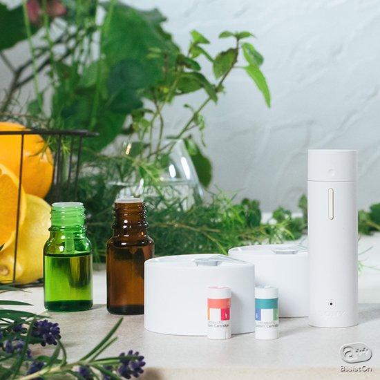 ソニーの技術がまた進歩しました。お気に入りの香水、いつものアロマオイルを使って、自分だけの香りのカートリッジを作成可能に。香りのウォークマン「AROMASTIC」。