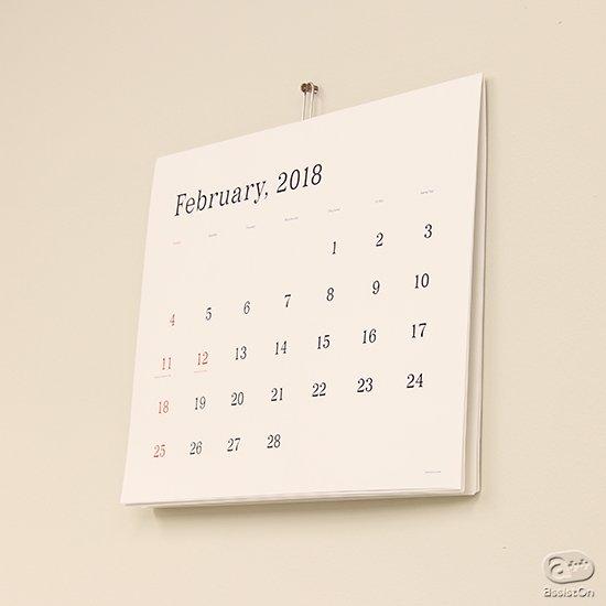 2018年度版。日本を代表するアートディレクター、葛西薫デザインの定番カレンダー。