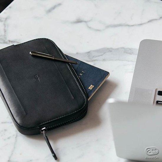 タフに使える。耐水構造を形と素材に求めました。カードや貴重品、パスポート、それにiPhone 7 Plusまで。旅行にも日常にも便利な収納ケース。
