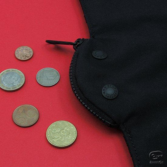 コウモリをモチーフにした大容量のお財布。コイン、カード、紙幣などをたっぷり収納可能。羽を閉じたらしっかり収納物を守ってくれて、尻尾のカラビナで固定できます。