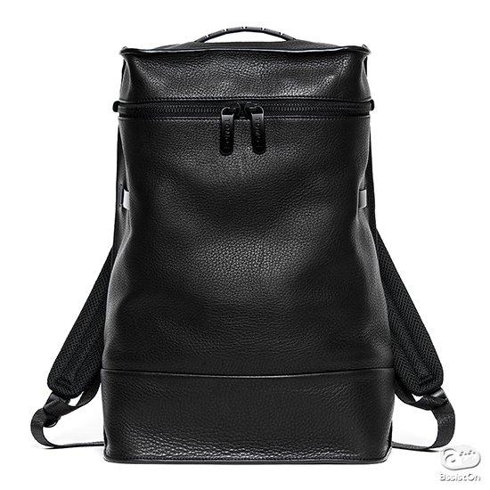機能的で革新的なバッグを作って来たヒカルマツムラデザイン。日本の皮革メーカーと組んだ、皮革本来の柔らかさを生かしたバックパック。