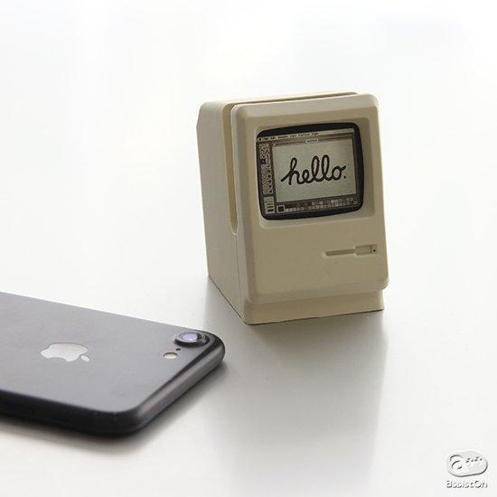 あなたの机の上に、初代Macitoshが戻ってきます。シリコンのAppleWatch専用チャージングステーションの形になって。スマートに充電・置き時計モードに。