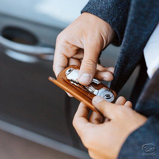 薄くスマートに、カギを最大8枚まで収納。そして手のひらの中で操作ができる。コンパクトな、これまでに無かった革製キーケース。