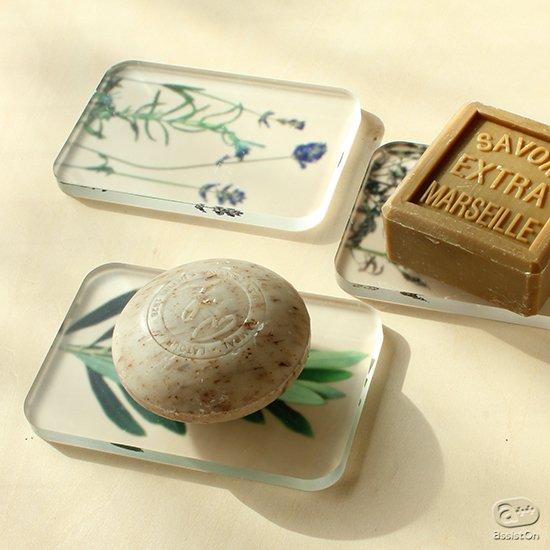 自然にある草花を押し花にして、精密なボタニカルアート、植物画に。アクリル樹脂にあしらい、日本の高度な技術で作った美しい石鹸置き。