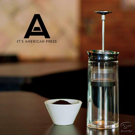 特別な技術は不要。手早く使えて、けれどコーヒー豆の味と香りは逃さない。新技術の密閉式ポッド方式と圧力抽出で完成した、全く新しいコーヒー抽出の方法です。