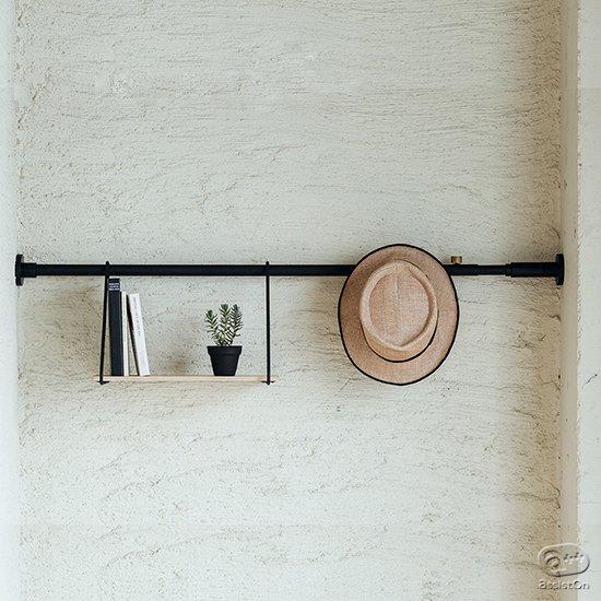 リビングや書斎、玄関、トイレや洗濯場所の片隅にも。空間を便利に使い、モノの一時収納と置き場所を与えてくれる。あなたの部屋に一本の線を引くように。