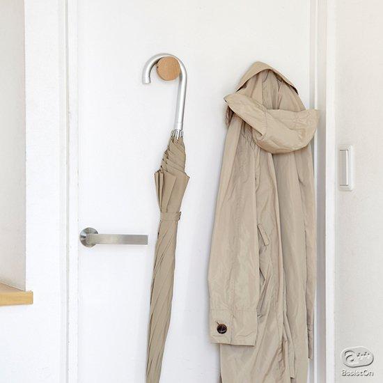 モノの収納に困ってしまう玄関まわりの収納をシンプルに。傘やコート、ポシェット、帽子、靴べらなどを取り付けてできる木製フック。