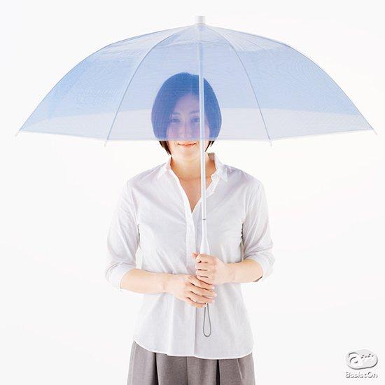 透明な生地を使った、新しい傘。これまでの長傘を超える使いやすさと、ビニール傘のような気軽さを兼ね備えて、雨の日を楽しくファッショナブルに。
