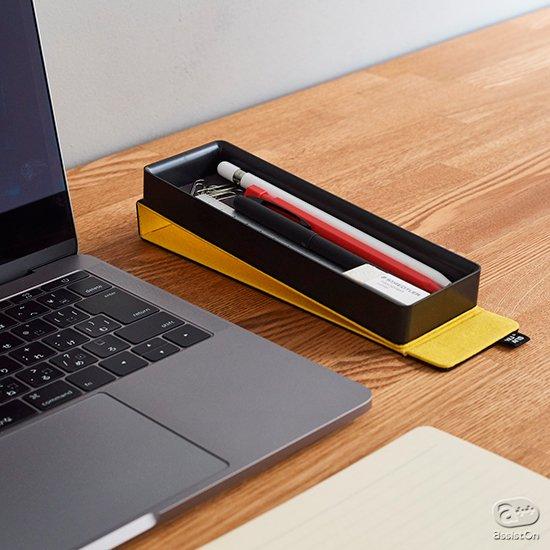 仕事場で、学校で、ご自宅で。さらにカフェやミーティング場所でもさっと使えて、持ち運びやすさを考えたら、筆箱はこんなデザインになりました。