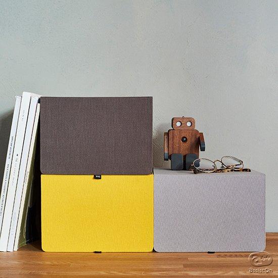 デスクまわりや本棚に。文具、デジタル製品や趣味のコレクションの収納・整理に重宝するボックス。ワンアクションでこれまでにない使い勝手とサイズが特徴です。