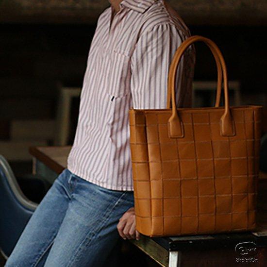 大ロングセラーバッグがさらに使いやすく、スマートに。業界屈指の野球グローブメーカーだからできました。秘密は素材と製造方法に。牛革のもつ風合いと、耐久性、しなやかさを備えた本革製トートバッグ。