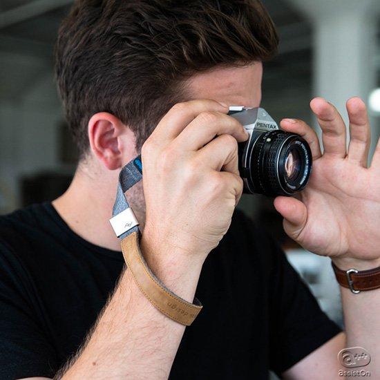 カメラを安全に手首に固定でき、撮影のじゃまをしない。これまでなかなか良いものがなかったハンドストラップをPeakDesignが新しく作りました