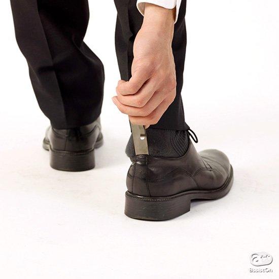 コンパクトなだけの「携帯靴ベラ」ではありません。使いやすさはもちろん、ポケットやバッグの中で「定位置」を確保できる、行為のデザイン。