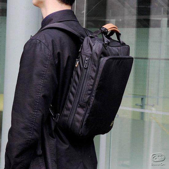 バックパックにもなるビジネスバッグの原型を作って来たBusyBeaverの定番バッグが、ベイシックな外観のまま、タテ型になって、さらに使いやすく。