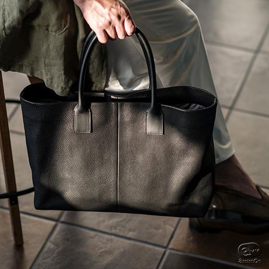 本革製の上質なバッグは硬くて重い。そんな常識を覆してくれる、たっぷり容量のトートバッグをタンブルソフト・グラブレザーを使用してつくりました。