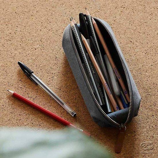 机の上では大きく開いてペントレーに。筆記具、デジタルデバイス用のアクセサリーやケーブル、アダプタ、ハンドクリームなどの小物を引き受けます。