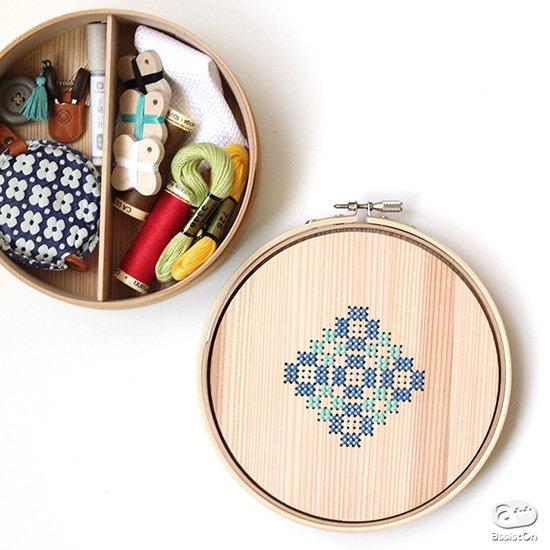 刺繍を愛する人のために作りました。鳥取の智頭杉をひとつひとつ手作業で曲げて製作。刺繍道具や裁縫道具を収納しておくための曲げわっぱの道具箱。