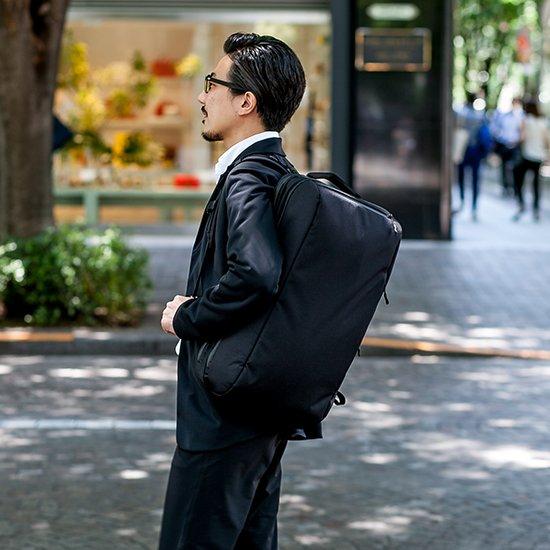 ビジネスで使うことををしっかり考えました。背負った姿が美しく、落ち着いたイメージを大切に。そして機能性にも配慮した、出張対応の大容量バッグ。