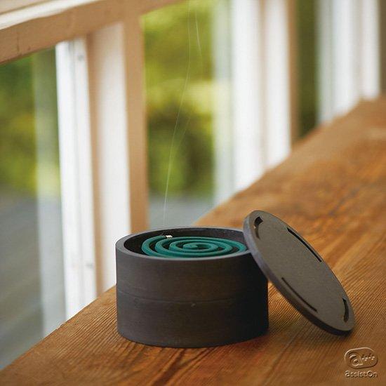 安心して使える、美しいかたちで使える。珪藻土の耐火性能に着目し、未使用の線香も乾いたままで収納可能。使い勝手の良さも備えた蚊やり器。