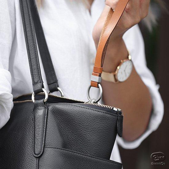 本革製のストラップ式で、バッグに取り付けたままで使用が可能。さらに全く新しい方式のキーリングを採用して、カギの取付けの自由自在。