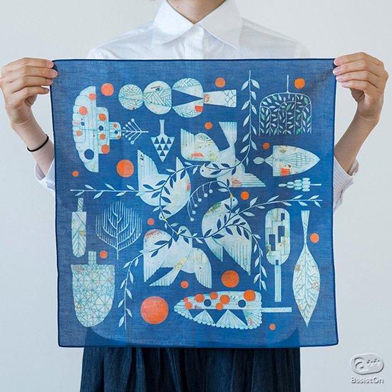 1枚の布地がそのままキャンバスのように。四季折々を彩る福田利之の原画をその風合いのまま写し取りハンカチにしました。