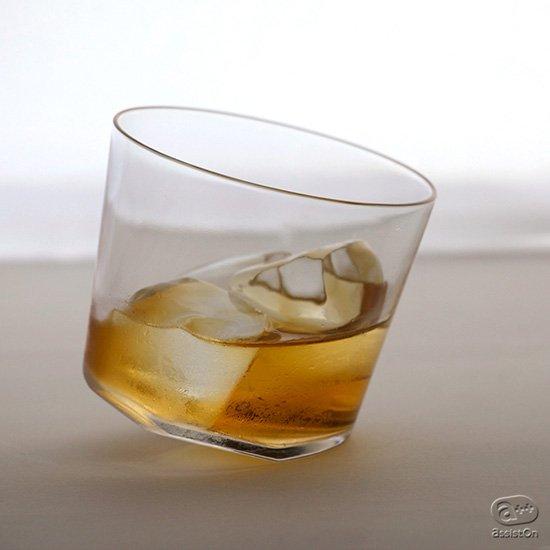 繊細なガラスの質感。人なつっこい風貌。両方の魅力を兼ね備えた不思議なバランスのオンザロック用グラス。