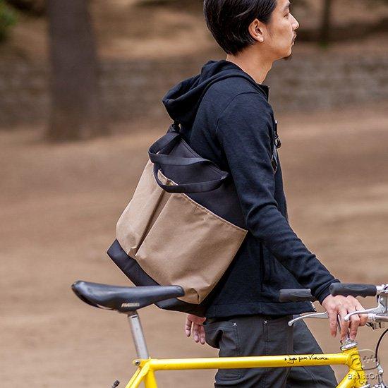 メッセンジャーバッグの動きやすさ。トートバッグのモノ入れとしての使いやすさ。その両方の優れた特徴をあわせ持つ、新しいバッグができました。