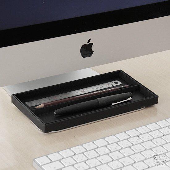 レシートや領収書、いただいたハガキや名刺など紙のごちゃごちゃ。そして筆記具や文具など、パソコンとキーボードの間に置く「一時保管」箱。