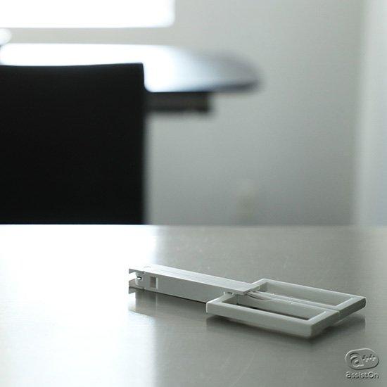 変身ロボットのように携帯・収納モードから使用モードへ。刃先を安全にカバーする状態から、快適に紙を切る状態に変身するハサミ。