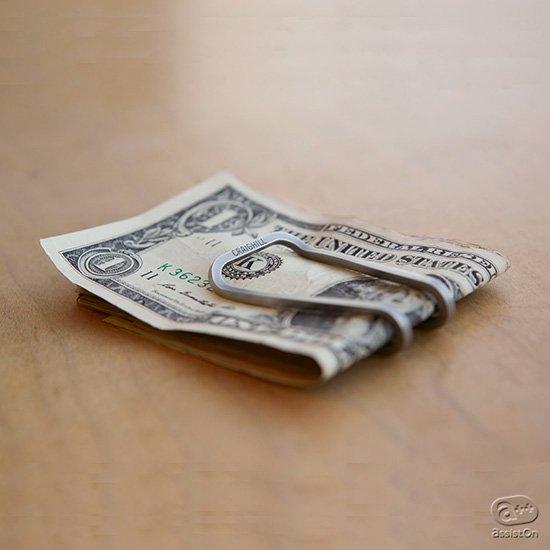 紙幣とカードをただ挟んでおくだけ。本当にミニマルな「お金まわり」の携帯方法、マネークリップをNYブルックリンの工房が再デザイン。