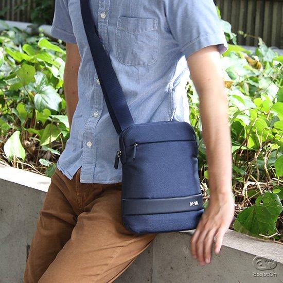 街歩きに、旅先で。いつも自分の側に置いておきたいモノをきちんと収納できる、NAVAの最小・最軽量バッグです。