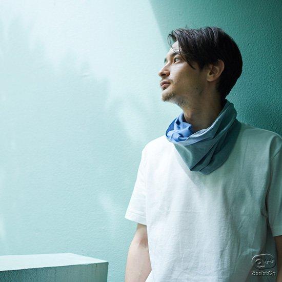 身体の中でデリケートな「首まわり」を優しく包みます。汗を拭う、温める、清潔に整える。日本古来からの和晒を使い、大阪・堺市の高度な染色技術が作りました。