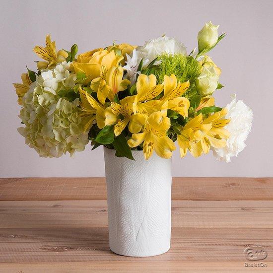 花を、草を引き立てるためにつくった花瓶です。布で優しく包むようにして。400年の歴史ある有田焼「手捻り」の技術を進化させて。