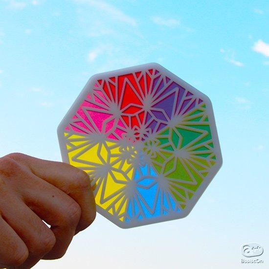 これまでになかった「色の組み合わせ」を考える万華鏡パズル。あなたの色彩力が試される、原色から「等和色」を想像する新しいパズルです。