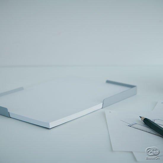 「発想ツール」としてのコピー用紙のために、専用の場所を用意しました。机上ででしゃばらず、必要な時にきちんと1枚が取り出せるように。