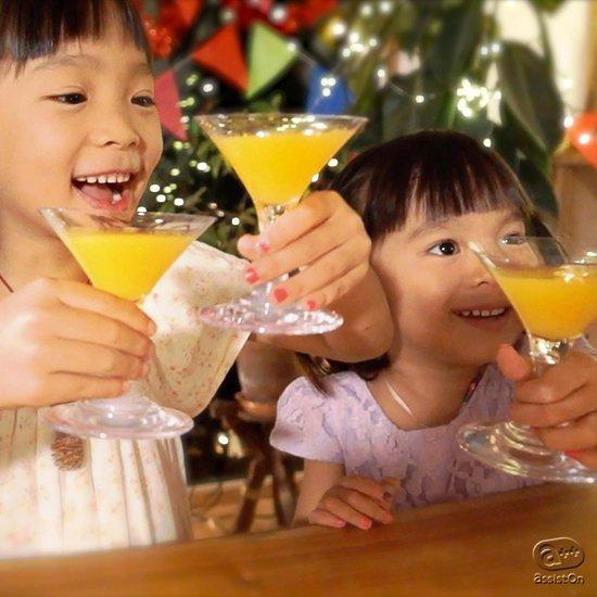 ちいさな紳士と淑女のために、特別なカクテルグラスを用意しました。最高の安全性と日本国内の技術、燕三条の磨き上げで、キラキラのパーティーを。