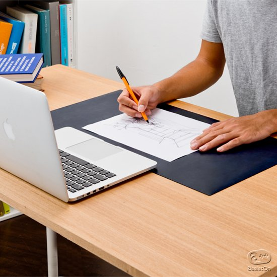 あなたのデスクワークを快適にするために。書くこと、机を守ること、パソコン仕事のキーボードとマウス操作を快適にすること。そしてサイズと素材、色合いに配慮。