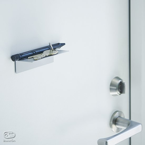 使わないときには静かなたたずまい。玄関のドアに、ホワイトボードに。ピタりと取り付けて、自由に使えるマグネットの小さな棚。