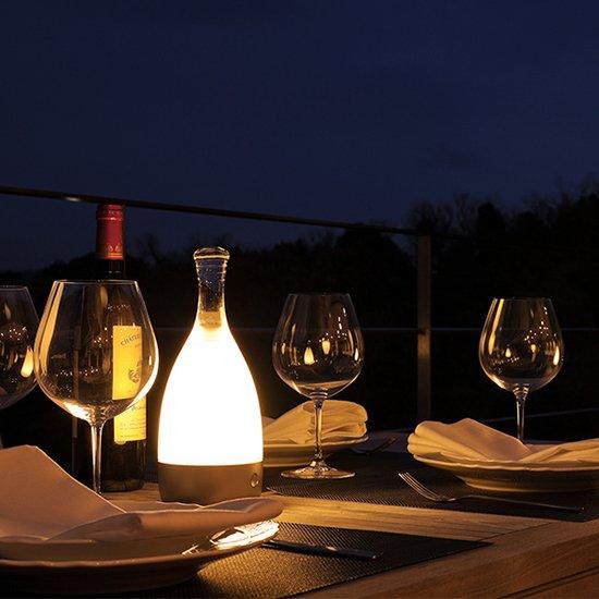 安らぎの時間のためにつくった、最も先端的な照明。最長100時間の点灯と防水性能を備えて、食卓からリビング、屋外へ。向かい合う人と人との場所へ。