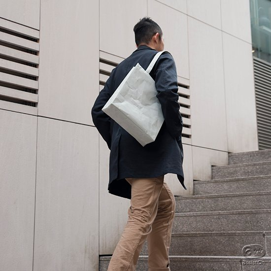 肩掛け式のハンドルと内ポケットを搭載。さらにつかいやすくなった、SIWA・紙和バッグのニューベーシックです。