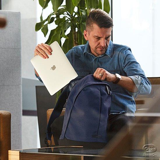 外見はシンプルでオーソドックス。けれど内部には使いやすさと機能性を。プライベートでもビジネスでも使いやすいデイリーバックパックを追求。