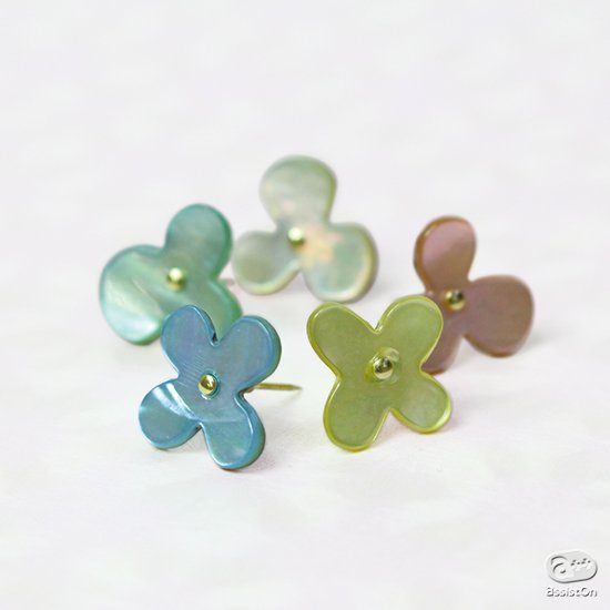 高級ドレスシャツに使われる、あこや貝の貝ボタンを使って作りました。直径1.2センチ、小さくで繊細、そして美しい輝きのお花のプッシュピン。