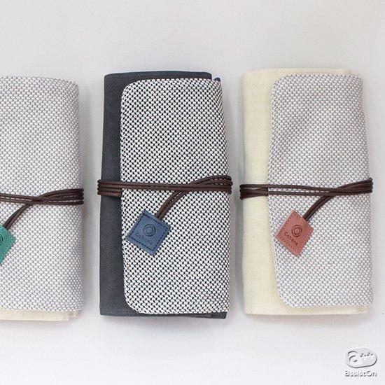 筆記具や文具、楽器のメンテナンス道具、編み物道具などに対応できる、趣味の道具入れをつくりました。良い肌触りと耐久性の三河木綿の刺し子を使用。