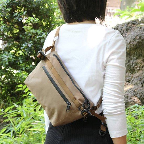 耐水圧20000mmの性能を備え、しなやかで使いやすい、そしてわずか180グラムと軽い。オリジナルの生地を使って作った身の回りバッグ。